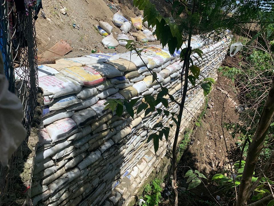 Etapa final construcción de muro de sacos en el sector la Gallera